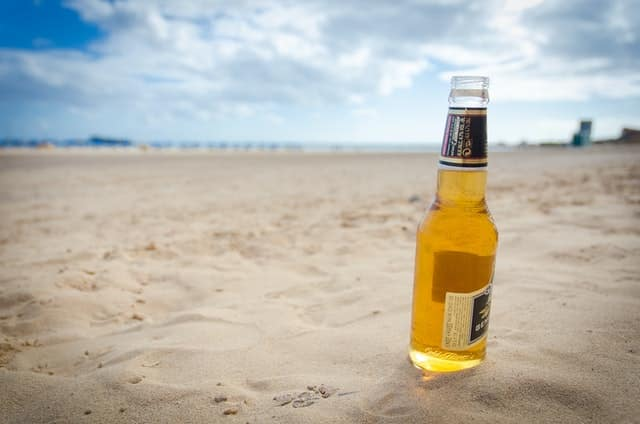 Tomando una cerveza en la playa de fuerteventura